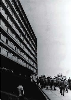 Foto da sede da FAFICH de 1968. Na ocasião, tropas da Polícia Militar ocupavam o prédio, considerado foco de resistência ao governo militar vigente.