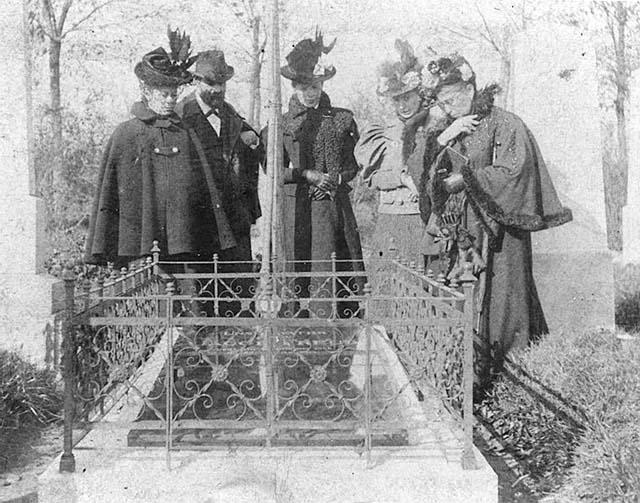 Freud, su madre y sus hermanas ante la tumba de su padre, en 1897. Imagen procedente de los Sigmund Freud Archives.