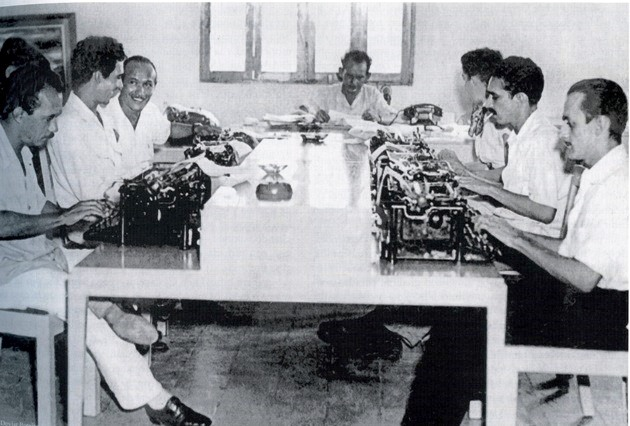 García Márquez (segundo a la derecha) en la sala de redacción de El Heraldo, periódico barranquillero, en 1951.