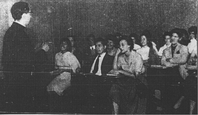 Fotografía nº 3: Profesor Hernán Larraín dictando clases en psicología de la Universidad Católica (Gracias a la generosidad académica de Gonzalo Salas por facilitar esta fotografía para este trabajo).
