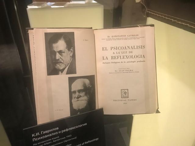 Vitrine dedicada ao biólogo, psicanalista, professor e pesquisador russo-argentino Konstatin Gavrilov (1908-1982) no Museu da Rússia no Estrangeiro (Museum of Russia Abroad), inaugurado em Moscou, Rússia, em 27 de maio de 2019.